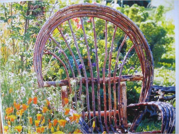fauteuil insolite parmi les fleurs
